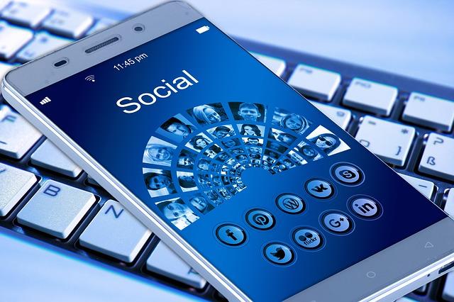 sociální sítě na mobilu.jpg