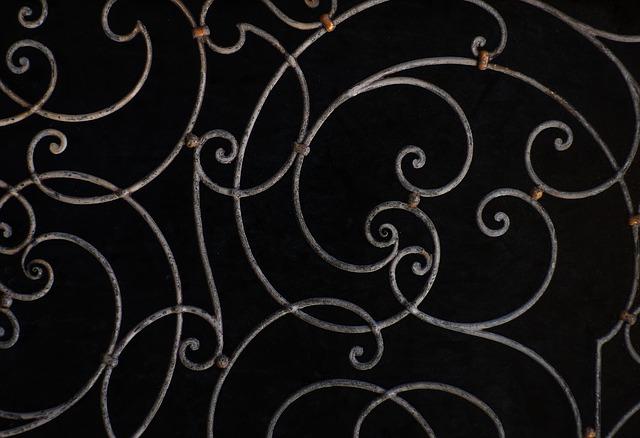 kovové ornamenty