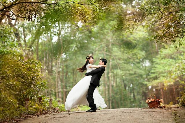 svatební pár v lese