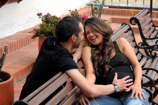 smějící se pár