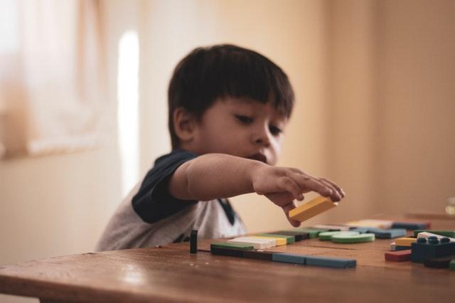 Chlapec skládající kostky