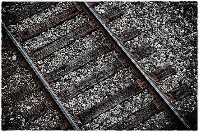 pohled zblízka na koleje