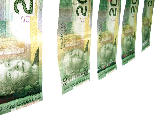 pověšené bankovky na prádelní šňůře